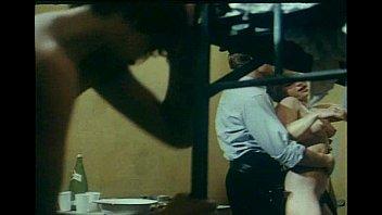 a poitrine grose femme Valeria marini in bambola scena